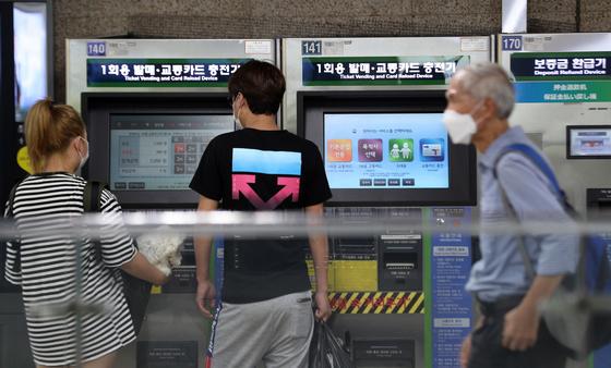 지난 25일 지하철 서울역에서 시민이 1회용 교통카드를 구입하고 있다. 뉴스1