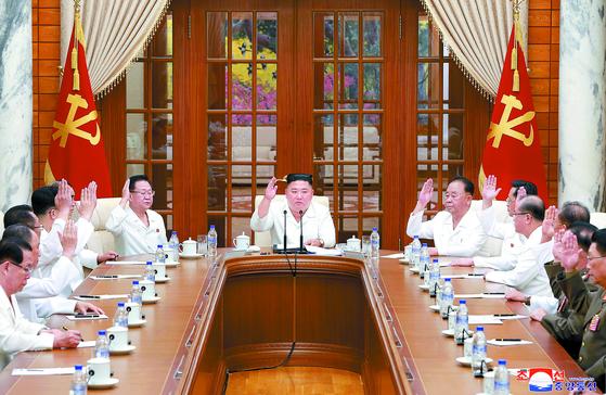 김정은 국무위원장이 25일 노동당 정치국 회의를 소집해 태풍 및 코로나19 대책을 논의했다고 북한 매체들이 26일 보도했다. [조선중앙통신=연합뉴스]