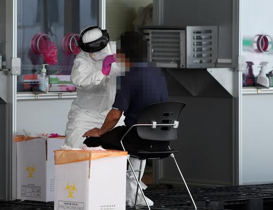 23일 오후 청주시 상당구보건소에서 시민들이 신종 코로나바이러스 감염증(코로나19) 진단 검사를 받고 있다. [연합뉴스]