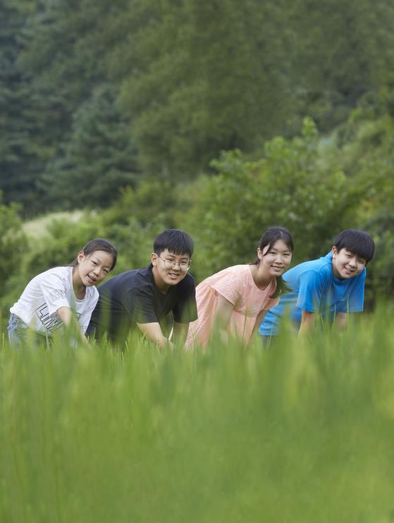 왼쪽부터 박서연·문제원·김윤하 학생기자·이주영 학생모델이 초록빛 벼가 일렁이는 경기도 가평 양지농원을 찾았다.