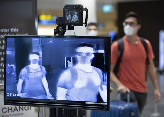 신종 코로나바이러스 감염증(코로나19)이 최고조에 달했던 지난 3월 싱가포르 창이 공항에서 한 입국자가 코로나19 검역소를 지나고 있다. EPA=연합뉴스
