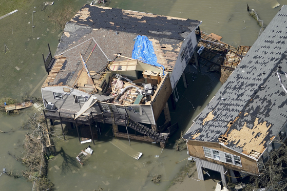 27일(현지시간) 미국 루이지애나주 레이크찰스에서 허리케인 로라의 직격으로 지붕이 날아간 집들이 물에 잠겨 있다. [AP=연합뉴스]