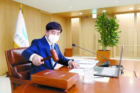 이주열 한국은행 총재가 27일 열린 금융통화위원회에서 의사봉을 두드리고 있다. 한국은행은 이 날 올해 연간 성장률 전망치를 -0.2%에서 -1.3%로 대폭 하향 조정했다. [사진 한국은행]