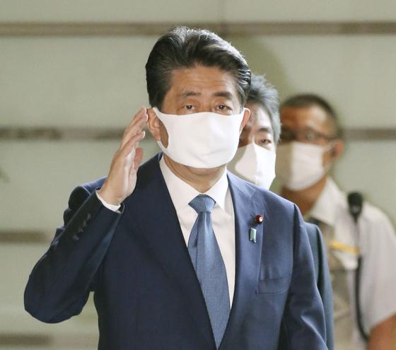 아베 신조(安倍晋三) 일본 총리가 28일 오전 마스크를 쓰고 일본 총리관저에 들어가고 있다.[연합뉴스]