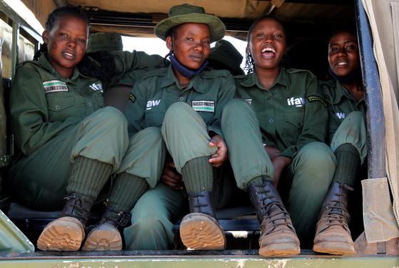케냐 국립공원을 지키는 '암사자 팀'은 전원이 마사이족 여성이다. 지난 7일 경비대 픽업트럭을 탄 멤버들의 모습 [로이터=연합뉴스]