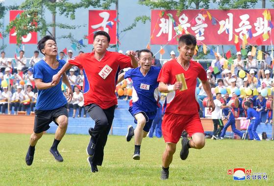 지난 2018년 8월 28일 조선중앙통신이 공개한 사진속에 청년절 경축 체육행사에 참가한 북한 청년들이 달리기를 하고 있다. 조선중앙통신=연합뉴스