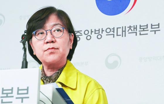 정은경 중앙방역대책본부장이 정례브리핑에서 취재진의 질문을 듣고 있다. [연합뉴스]