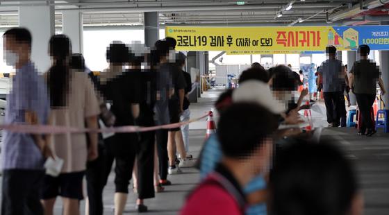 28일 오전 광주 북구보건소 선별진료소에 전날 시내버스 운전자 코로나19 확진 소식에 버스를 탔던 시민들이 한꺼번에 검사를 받기 위해 몰려들었다. 연합뉴스