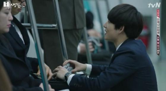 드라마 '미생'에서 장그래는 10만원 어치 양말과 속옷을 사서 희망을 품고 세일즈를 펼치지만 절친한 지인에게도 거절을 당한다. 지하철에서 '잡상인' 취급을 받으며 판매를 해보지만 쉽지 않다. [사진 tvN]