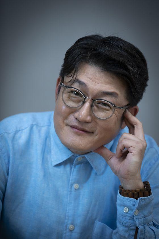 지난달 MBC에서 라디오 진행 10년주년을 맞아 브론즈마우스를 받은 김현철. 권혁재 사진전문기자