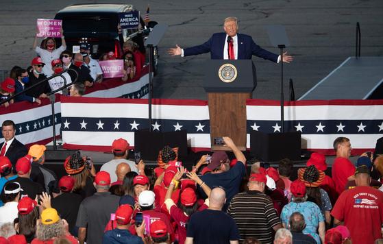 도널드 트럼프 대통령은 대선 후보를 받아들이 기 위해 연설을 한 다음날 치열한 전쟁터 인 뉴햄프셔에 갔다. 전날 워싱턴에 모인 시위대