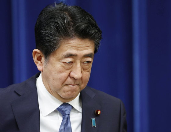 아베 신조 일본 총리는 28 일 오후 총리 관저에서 열린 기자 회견에서 공식적으로 감사를 표했다. [연합뉴스]