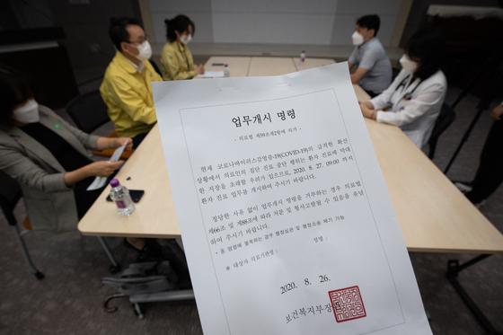 정영기 보건복지부 보험평가과장을 비롯한 관계자들이 27일 서울 시내 한 종합병원에서 의료계 집단휴진과 관련, 전임의·전공의들에 대한 업무개시명령 이행여부 현장 점검을 하고 있다.   사진 공동취재단