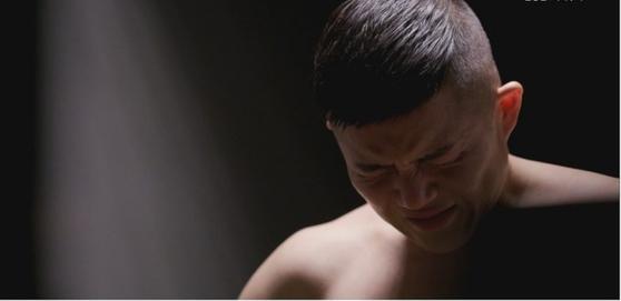 보디 프로필 촬영을 하고 있는 조세호의 모습. 활달하게 촬영에 임하던 그가 갑자기 눈물을 흘렸습니다. 사진 tvN '온앤오프' 영상 캡처