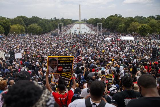 28 일 (현지 시간), 57 년 전 흑인 차별 철폐를 위해 20 만 명과 함께 행진 한 마틴 루터 킹을 기리기 위해 '워싱턴 행진'행사에 50,000 명 이상 (주최측 추정)이 모였다. [EPA=연합뉴스]