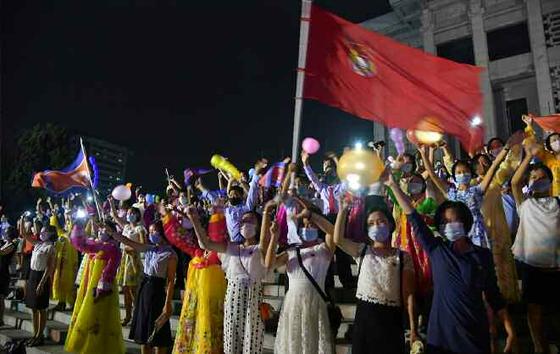 북한 노동신문이 29일 공개한 사진 중에는 평양 4.25문화회관 광장에서 열린 청년절 공연을 관람하는 일부 북한 시민들이 마스크를 착용한 모습도 공개됐다. 북한노동신문=뉴스1