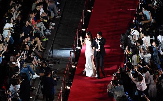 지난해 9월 3일 열린 제24회 부산국제영화제 개막식에서 사회를 맡은 배우 정우성과 이하늬가 레드카펫을 밟으며 입장하고 있다. 송봉근 기자