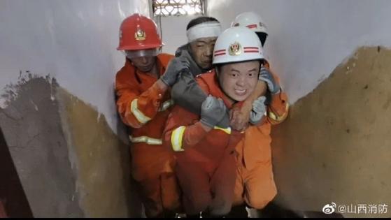 중국의 소방관이 산시 성 린펀시 주시 엔의 식당 붕괴에서 희생자를 구출한다.  57 개 매장 중 29 개가 사망하고 7 개가 중상을 입었고 21 개가 경상을 입었다. [중국 인민망 캡처]