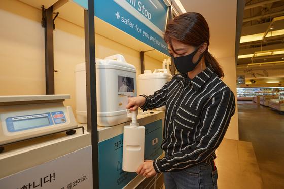 액체 타입의 세탁 세제와 섬유유연제의 내용물만 구매할 수 있는 '올가홀푸드'의 리필 스테이션. 사진 올가폴푸드