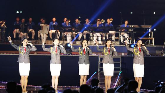 북한이 청년절인 지난 28일 개최한 대규모 경축 야외공연에서는 최근 코로나 방역을 강조하는 것과는 맞지 않게 참가자 상당수가 마스크를 쓰지 않은 채 무도회를 즐기는 모습이 포착돼 눈길을 끌었다. [연합뉴스]