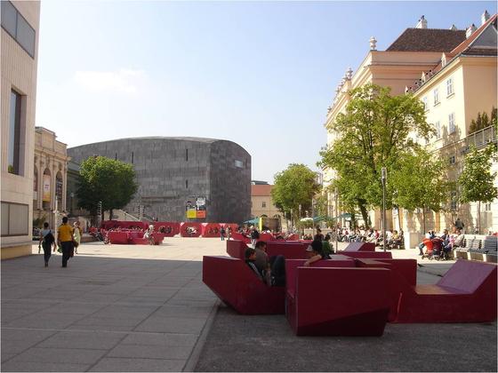 도시의 자투리 공간을 확용하는 '작은 건축'이 주목된다. 오스트리아 빈 현대미술관 광장에 들어선 'MQ 벤치'. 시민들의 휴식공간으로 애용된다. [사진 각 건축사무소]