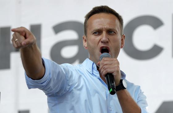 """러시아의 대표적인 반(反)푸틴 야권 인사인 알렉세이 나발니(44)가 독극물 테러를 당해 의식불명 상태인 것으로 전해졌다. 나발니의 대변인인 키라 야르미슈는 20일(현지시간) 트위터를 통해 '나발니가 (시베리아의) 톰스크 공항 카페에서 차를 마신 뒤 모스크바로 돌아오던 비행기 안에서 쓰러졌다""""며 '누군가 그의 차에 독극물을 넣은 것 같다""""고 밝혔다. [AP=연합뉴스]"""