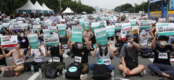 7일 서울 여의도공원에서 전공의들이 집회를 벌이고 있다. 대한전공의협의회는 이날 오전 7시부터 8일 오전 7시까지 24시간동안 모든 전공의의 업무를 중단하고 파업에 돌입했다. 장진영 기자