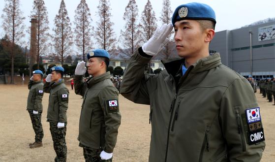 지난해 12월 인천시 계양구 육군 국제평화지원단에서 열린 동명부대 23진 환송식에서 부대원들이 경례를 하고 있다. 뉴스1