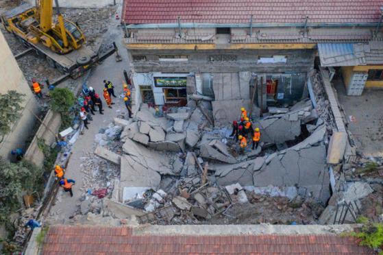 중국 산시 성 린펀시 첸 좡촌의 줏 시엔 식당이 무너진 장면. 29 일 팔일 축제 때 갑자기 천장이 무너졌다. [AFP=연합뉴스]