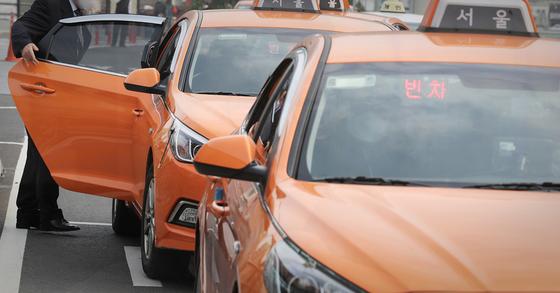 1970년대 도입된 택시 부제가 폐지될 가능성이 커졌다. 서울 시내에서 손님을 기다리는 택시들. 뉴스1