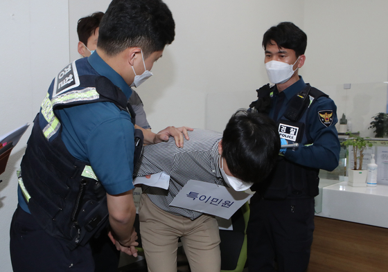 민원실 공무원에게 가상의 폭행과 난동을 부린 민원인을 경찰이 체포하고 있다. 송봉근 기자