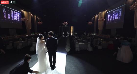 29일 오후 온라인으로 생중계한 신씨와 김씨 부부의 결혼식. 83명이 실시간으로 지켜봤다. 정진호 기자