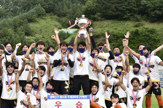 지난 28일 열린 태백산기 결승에서 우승 후 환호하는 안효연 동국대 감독과 선수들의 모습. 대한축구협회 제공