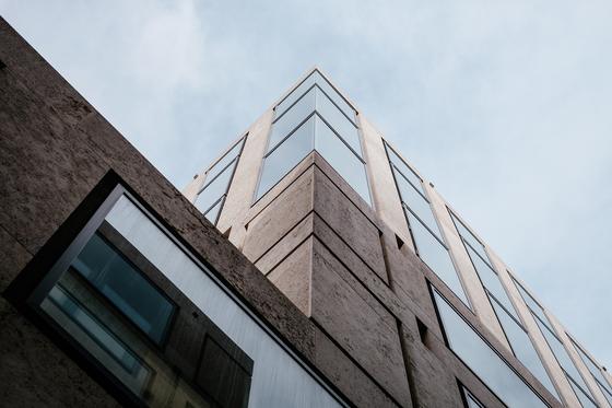 4층 상가건물을 신축하게 된 우씨. 공사가 한창 진행되던 도중 외벽 자재가 잘못 반입되는 사고가 발생하였습니다. 공사가 지연되어 입은 손해를 어떻게 보상받을 수 있을까요. [사진 pixabay]
