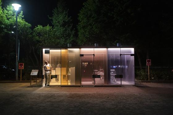도쿄 요요기 후카마치 미니공원의 투명 화장실. 안에서 문을 잠그면 투명 유리벽이 불투명하게 변한다. [로이터=연합뉴스]