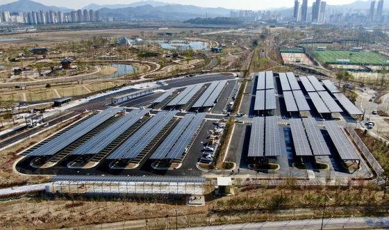 세종시 중앙공원과 국립세종수목원 주차장에 설치된 태양광 발전시설. '태양광 발전'은 거대한 패널이 늘어선 모습으로 주로 인식되지만, 사실 태양광 패널을 뜯어보면 '핵심'이 되는 부분은 과자보다 얇다. '거대한 패널'을 눈 앞으로 끌어내려 샅샅이 뜯어봤다. 사진 행정중심복합도시건설청 제공. 연합뉴스