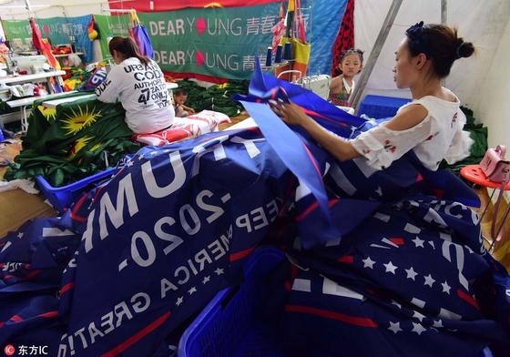 중국의 이우에서 한 여성이 트럼프 선거 캠프용 현수막을 제작하고 있다. [트위터, 동방IC]