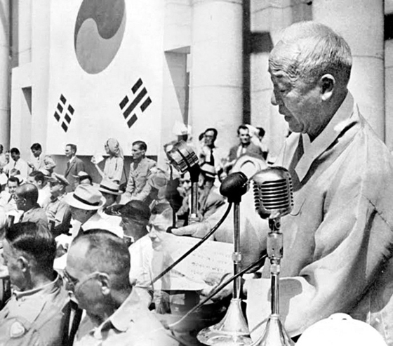 이승만 초대 대통령이 1948년 7월24일 중앙청에서 한복을 입고 취임사를 읽고 있다. [중앙포토]
