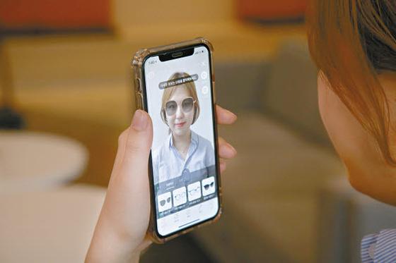 롯데는 급변하는 시장 상황 속에서 지속성장을 위해 그룹 전반에서 디지털 전환을 진행하고 있다. 사진은 지난달 롯데홈쇼핑이 선보인 '리얼 피팅' 서비스. 증강현실(AR) 기술을 활용해 패션 소품을 가상으로 착용해 볼 수 있다. [사진 롯데그룹]