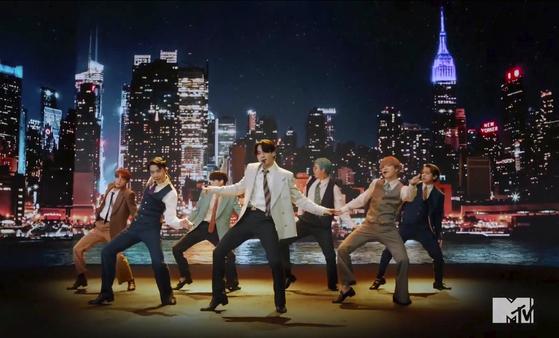 30일(현지시간) 열린 MTV 비디오 뮤직 어워드에서 신곡 '다이너마이트'를 공개한 방탄소년단. [AP=연합뉴스]