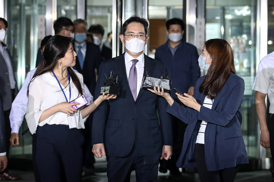 이재용 삼성전자 부회장이 지난 6월 서울 서초구 서울중앙지방법원에서 열린 영장실질심사를 마치고 청사를 나서고 있다. [뉴스1]