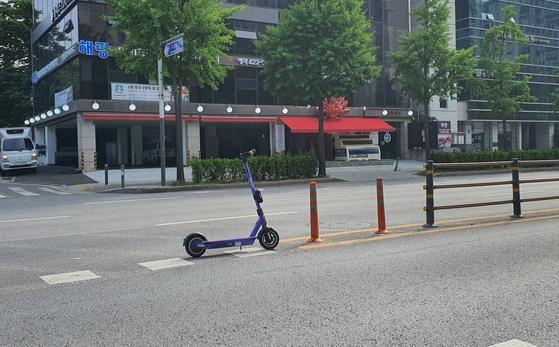서울 송파구 도로 한가운데 주차돼 있는 공유 전동킥보드. 박민제 기자