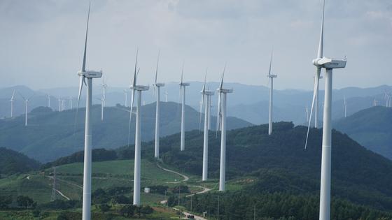 경북 영양군 맹동산에서 바라본 풍력발전단지. 이 일대에는 총 4개의 풍력발전단지가 몰려 있고, 또 다른 단지 건설이 추진되고 있다. 양인성 인턴기자