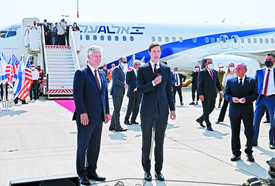 31일 아부다비로 가는 이스라엘 여객기 탑승 전 연설하는 쿠슈너 백악관 선임보좌관. 왼쪽은 오브라이언 국가안보보좌관. [로이터=연합뉴스]