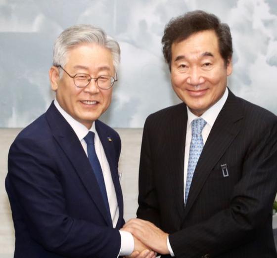 이재명 경기도지사(왼쪽)과 이낙연 더불어민주당 대표. 연합뉴스