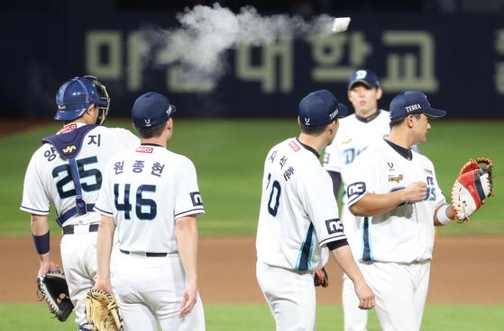 SK에 2연승한 NC 선수들. [연합뉴스]