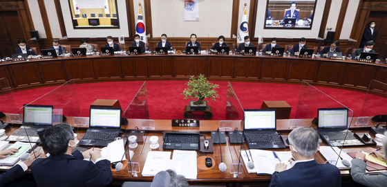 정부가 1일 국무회의를 열어 내년도 정부 예산안을 확정했다. [뉴스 1]
