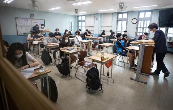지난 8월 서울의 한 고등학교 3학년 교실에서 학생들이 자율학습을 하고 있다. 뉴스1