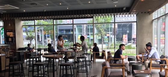 지난달 19일 서울의 한 커피숍에서 사람들이 대화를 나누고 있다. 문희철 기자