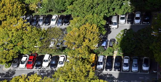 지난해 9월 부산시청 인근 공영주차장에 차량이 주차돼 있는 모습. 뉴시스.
